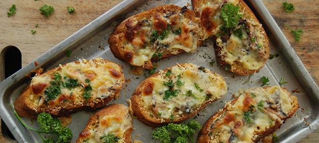 Горячие бутерброды с иваси в духовке